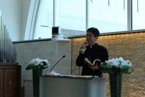 牧師さんから、キリスト教の教えや結婚にまつわる物語を聴きます